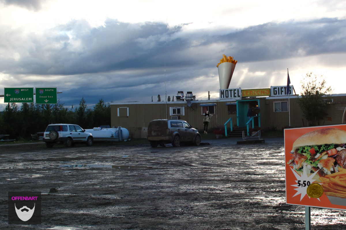 Bildnachweis: 20110731 dinner at the yukon river truck stop (2) by schizoform CC-BY 2.0, Minnesota State Highway 60 by Doug Kerr CC-BY-SA 2.0, French fries sign by fdecomite CC-BY 2.0, Doner Kebap and Pommes in Bamberg by Paul Sableman CC-BY 2.0 sowie Roman gold coin by -JvL- CC-BY 2.0, montiert und bearbeitet von Simon Mallow.