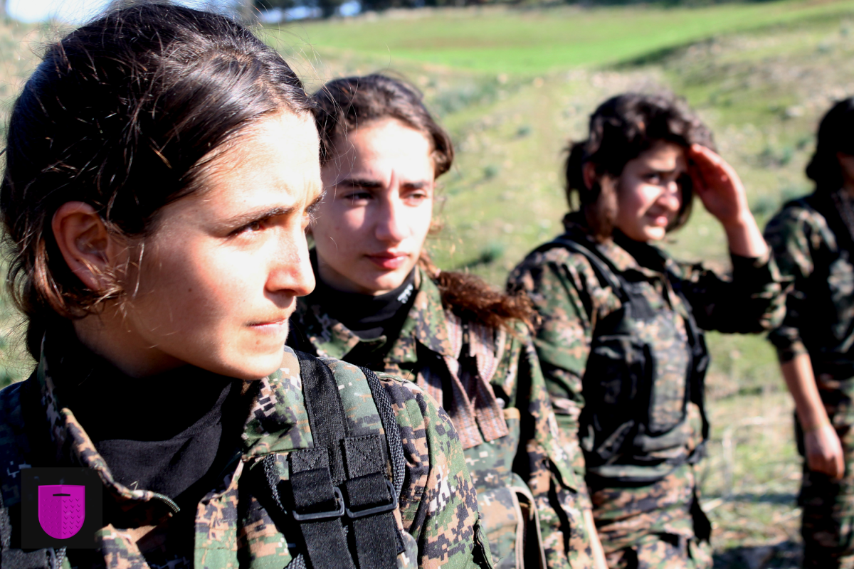 Bildnachweis: Kurdish YPG fighters by Kurdishstruggle CC-BY 2.0, bearbeitet von Simon Mallow.