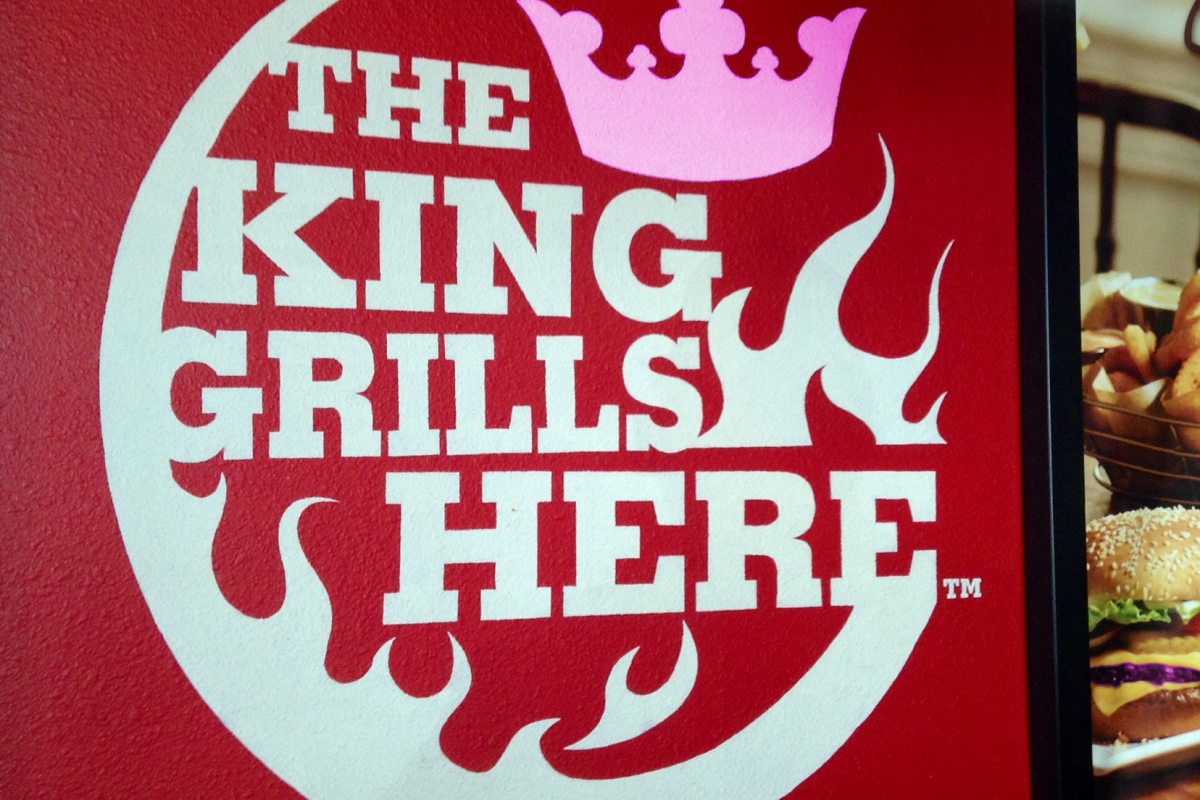"""""""Burger King"""" by Mike Mozart BY-2.0, bearbeitet von Simon Mallow"""