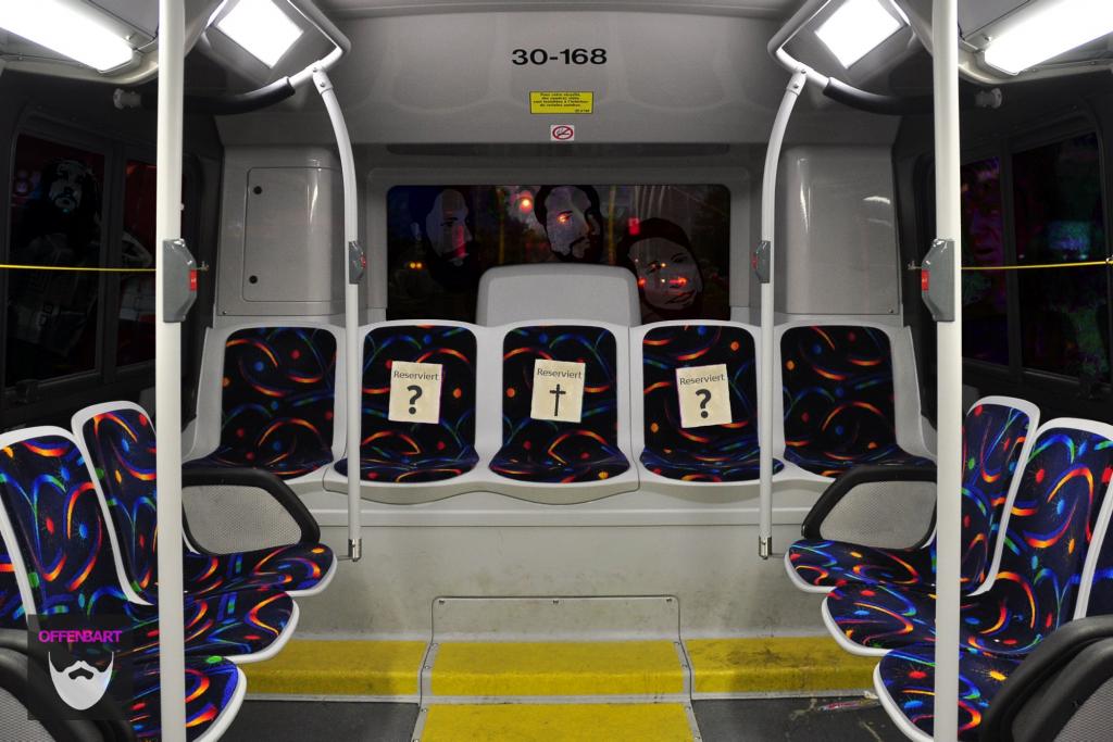 """Bildnachweis: """"""""Intérieur d'un autobus Nova LFS (STM) - sièges arrière"""" by abdallahh CC-BY 2.0, bearbeitet von Simon Mallow."""